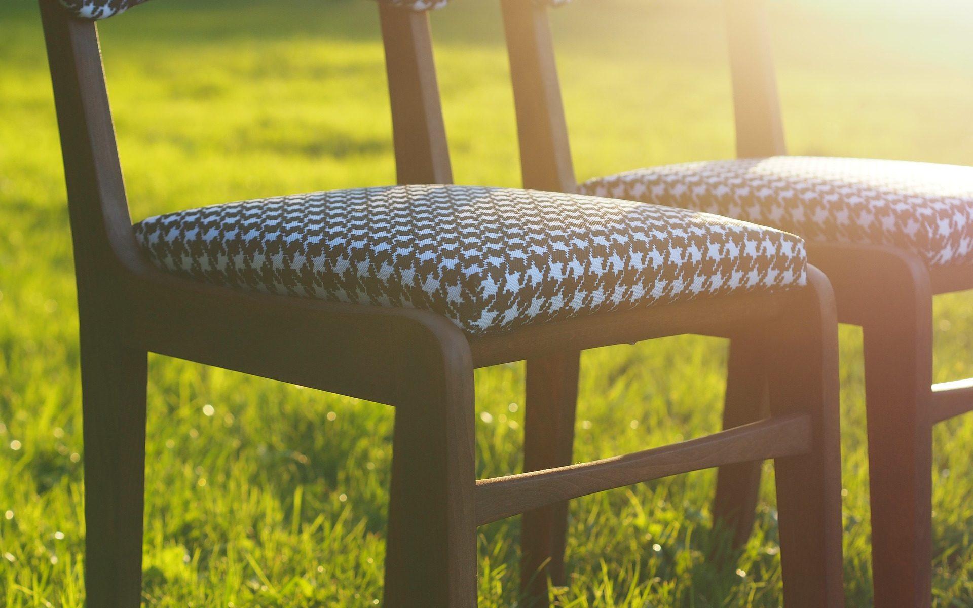 yoga auf dem stuhl im sitzen